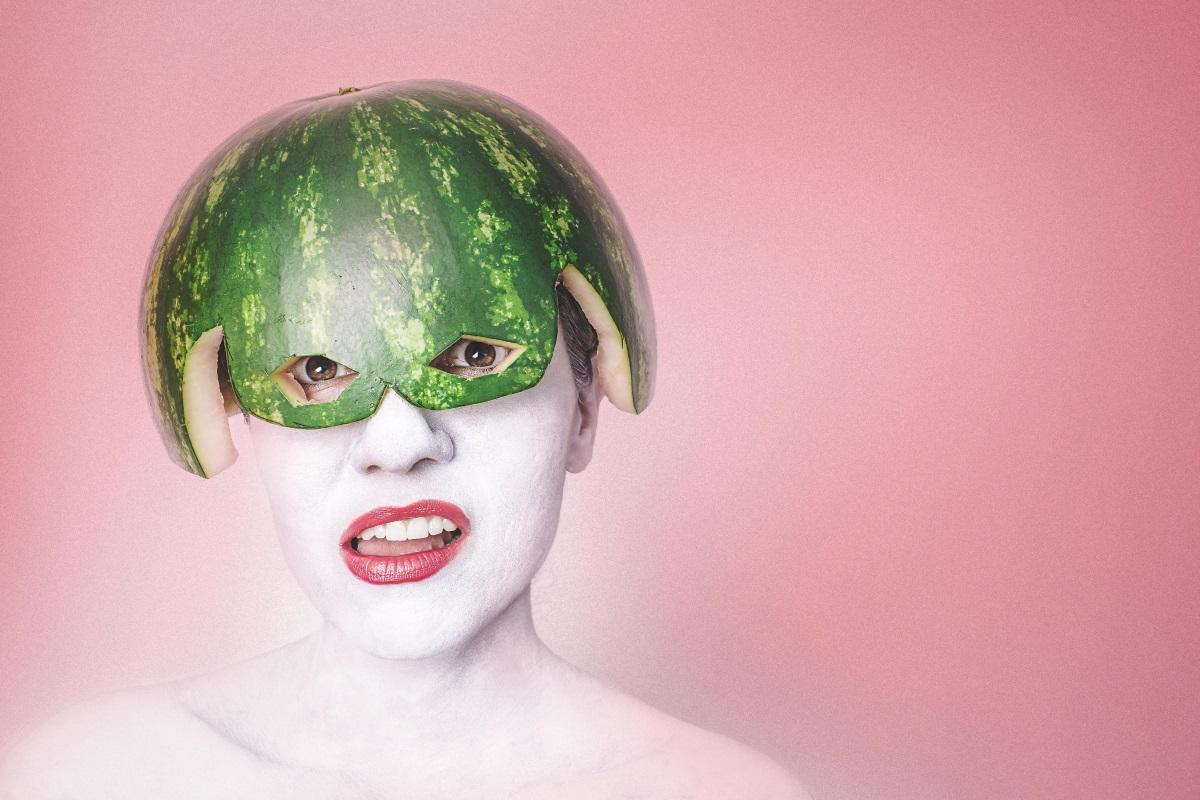 Frau mit Melone auf dem Kopf, weiß alles über Online-Dienstleister für Webdesign und Texterstellung